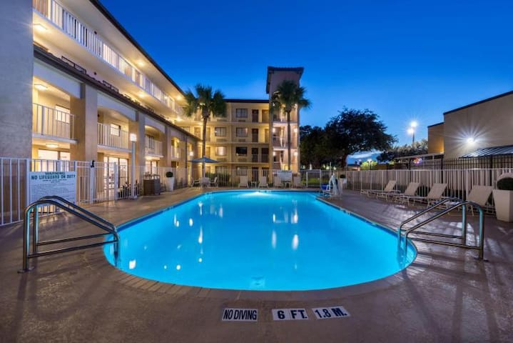 Close to Parks! Comfy Unit for 4, Pool, Breakfast