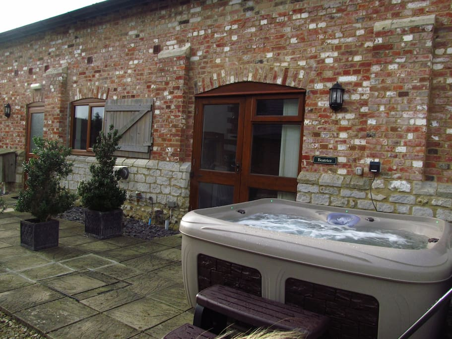 immense converted barn in dorset hot tub vakantiewoningen te huur in blandford forum dorset. Black Bedroom Furniture Sets. Home Design Ideas