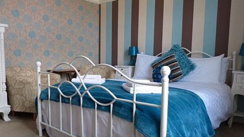 KING SIZE BED - ROOM ONLY -Osborne Shared bathroom
