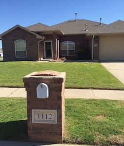 Beautiful 4 bed home off Highway 9 - Norman