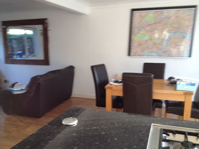 Room to let in friendly, welcoming house. - Broxbourne - Casa