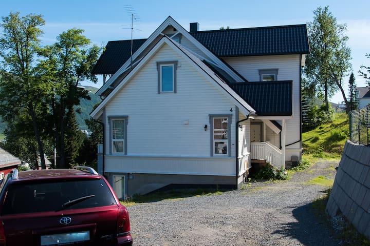 Sentrumsnær leilighet med egen inngang.