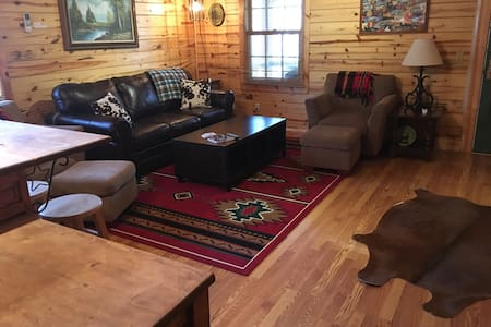 Circle S Cabin w/ hot tub in Eureka Springs, AR
