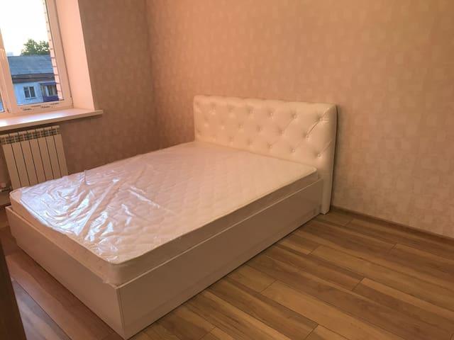 Кровать новая, постель к вашему приезду будет застелена