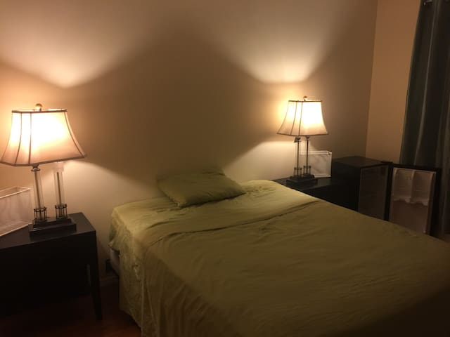 Large room next to Yankees 20 min from Manhattan