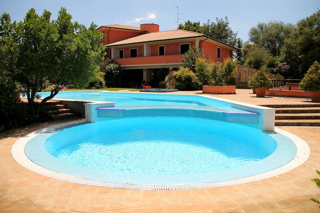 Esterno Villa Fada: piscina privata, jacuzzi esterna e giardino.
