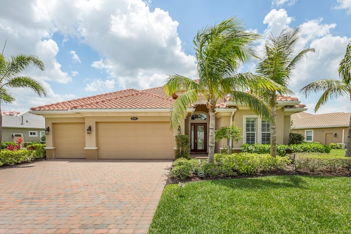 Charming waterside getaway w/private pool-close to golf & beach