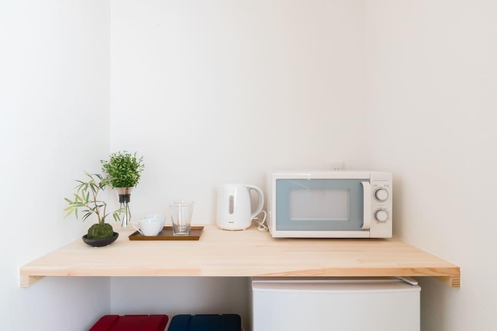 microwave, water boiler, glasses 微波炉,烧水壶,杯具