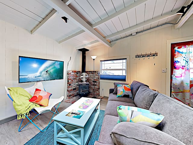 Adorable & Airy Updated Beach Cottage w/ Patio