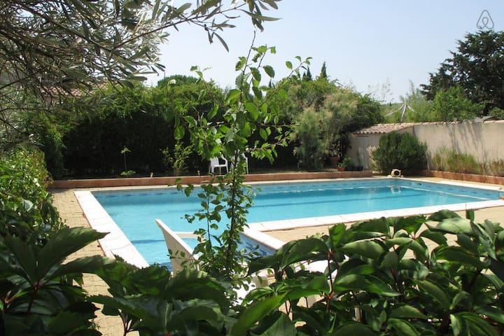 Gîte 38 m² dans village médieval, piscine