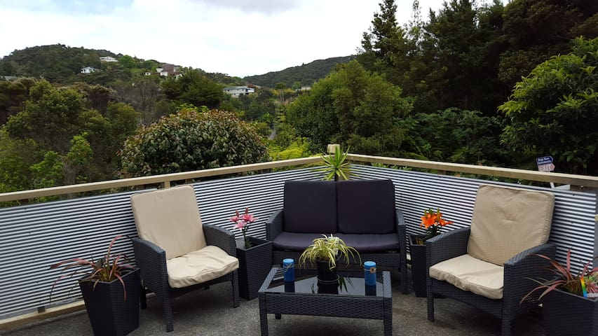 """Huge balcony for alfresco living """"Mark is an amazing host! He gave us a lot of amazing tips and made our stay unforgettable! It was great!!"""" Linda, Dec 2017"""