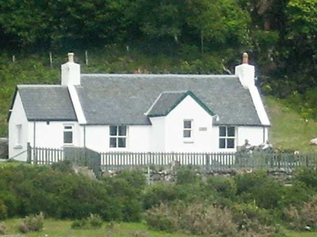 RODDY'S COTTAGE, family friendly, with open fire in Glenelg, Ref 3608