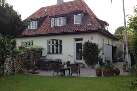 Hyggeligt 12 m2 værelse i lille hus - Charlottenlund - Bed & Breakfast