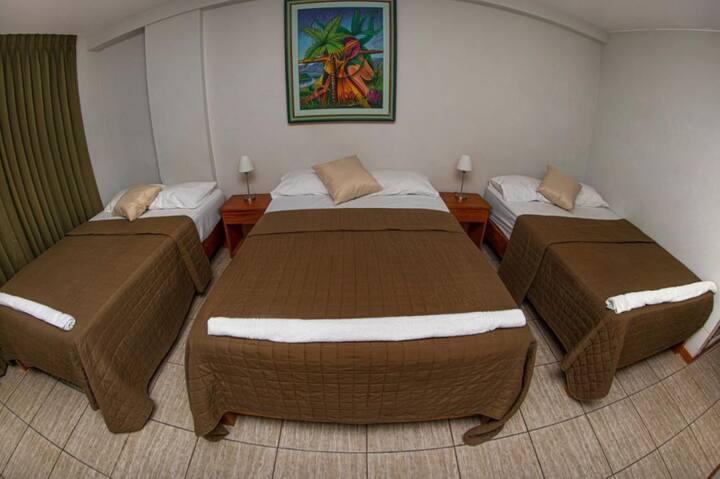 Triple camas dos plazas con Vista a la Ciudad