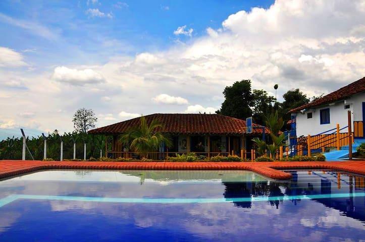 Habitaciones Familiares en Finca Tipica/piscina - Filandia - Gjestehus