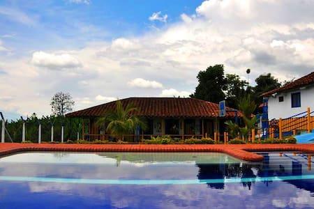 Habitaciones Familiares en Finca Tipica/piscina - Filandia