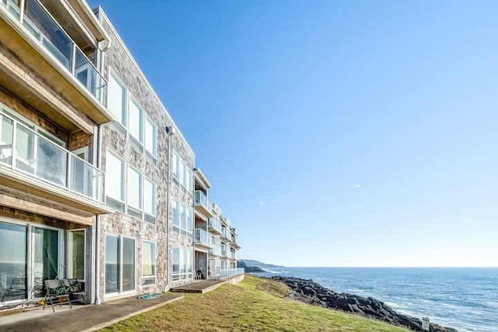 New listing! Oceanfront condo w/ gorgeous views, shared pool, and hot tub