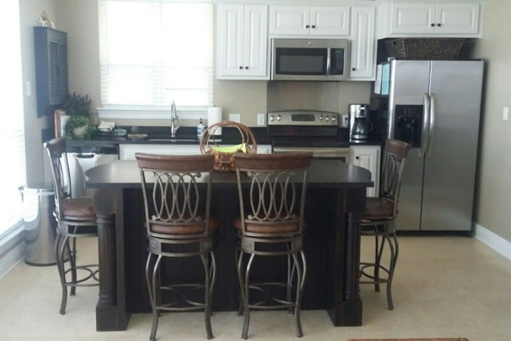 Beautiful hand crafted island with granite top large enough for 6 (2 Stools also provided in villa).
