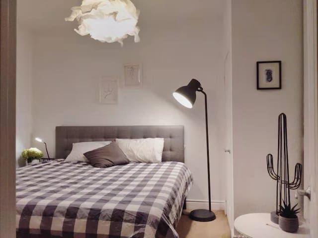 1 King bed 2 Min Walk from Finch Subway Terminal