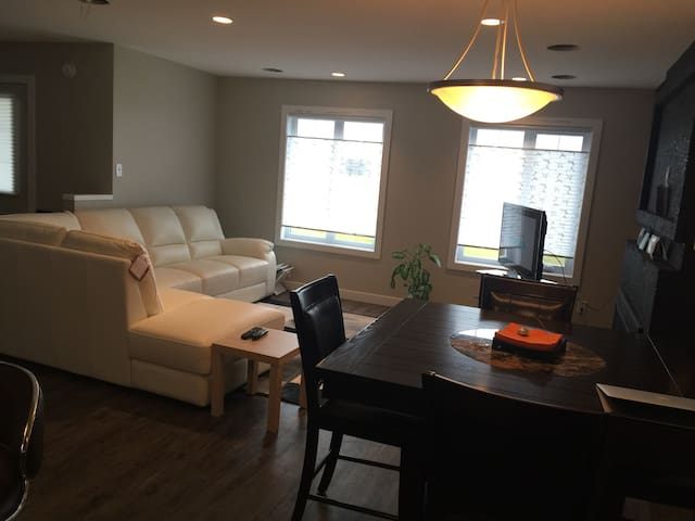 A charming room in a home away - Winnipeg - Huis