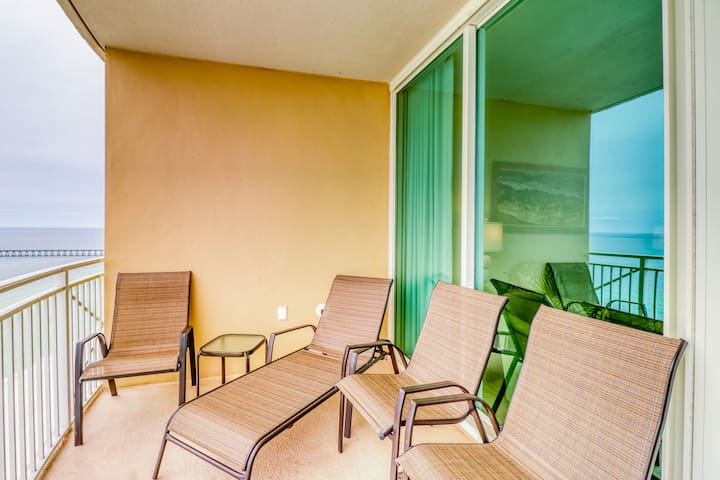 Newly-updated, beachfront condo w/ a shared pool, hot tub, & gym