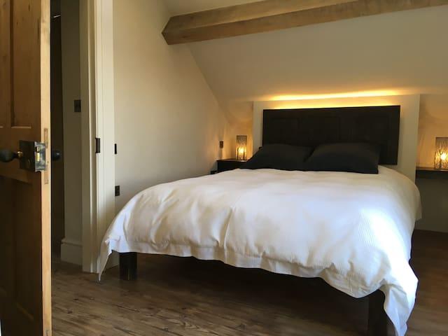Bedroom 1 - kingsize bed