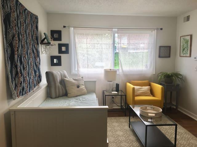 Bright & Cozy Midtown Apartment