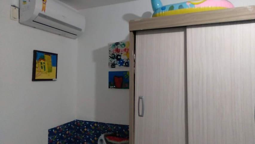 Armário e ar condicionado do quarto social.