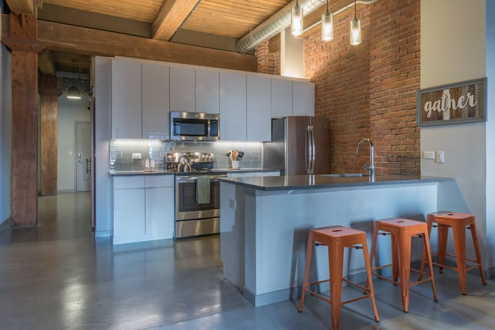 Artistic Industrial Loft, Walk to NYC train-M317