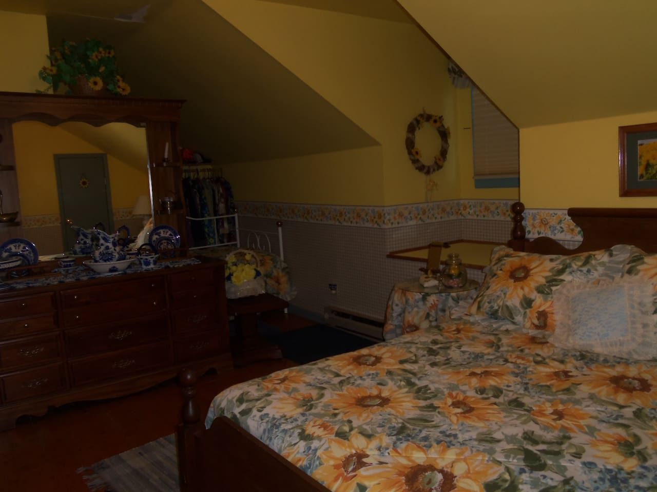 Sunflower Bedroom: 1 queen bed, 1 twin bed and a trundle twin bed