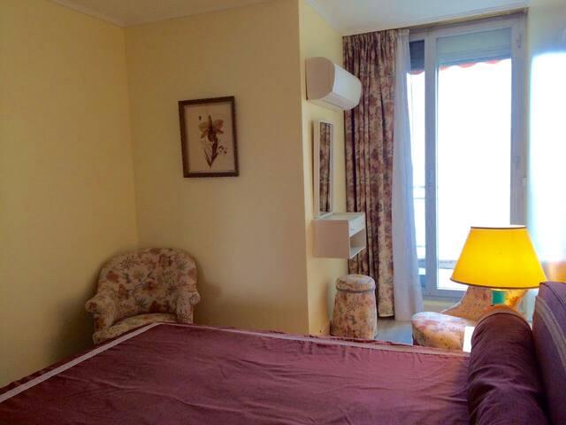 Première chambre double climatisée avec balcon