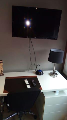 le bureau avec grand écran, box et wifi