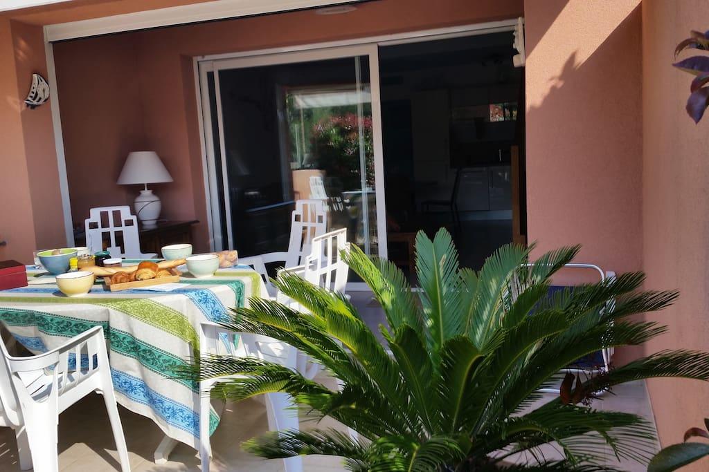 Petit déjeuner au calme sur la terrasse
