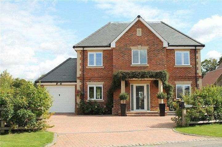 Tranquil house but with a hint of modern life - Upper Basildon - Casa