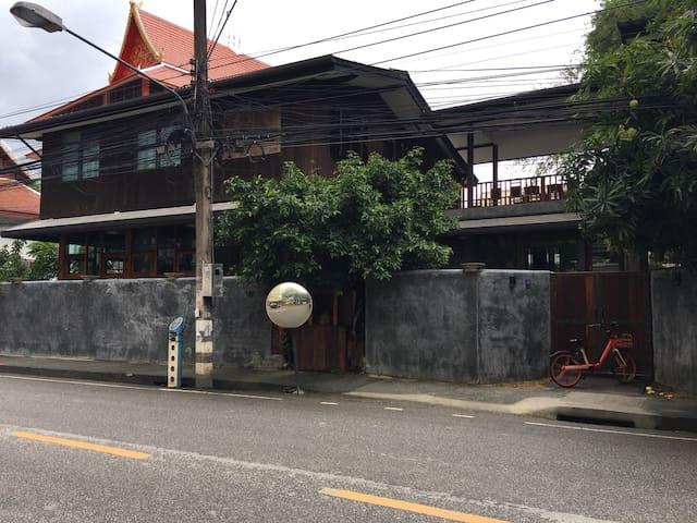 บ้านโคะโละโคะโละ ภาพจากฝั่งตรงข้ามถนน Kolokolo House from the other side of the road