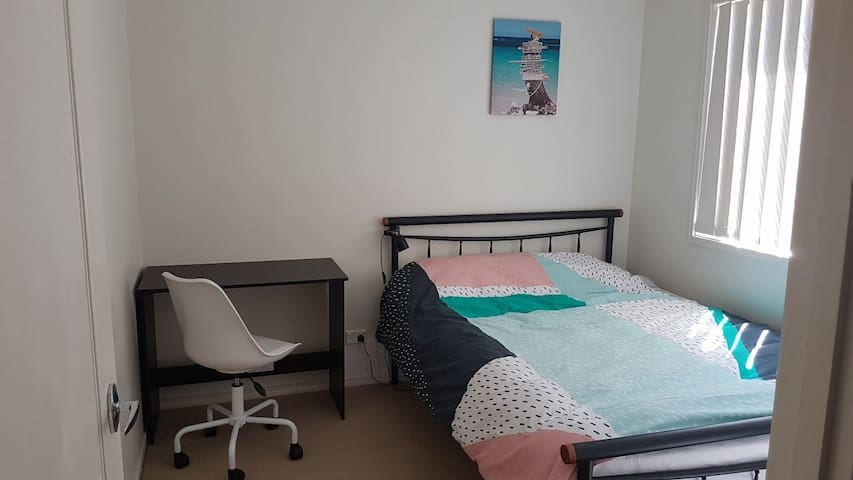 Private double bedroom in Coomera (free wifi)