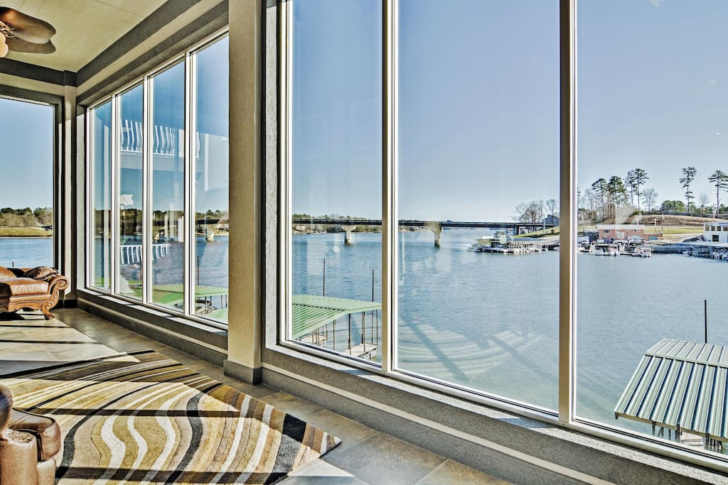 You simply can't beat this Hot Springs National Park vacation rental home's prime lakefront setting!