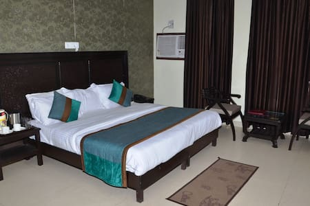 Deluxe Room with Garden View - Gurgaon - Szoba reggelivel