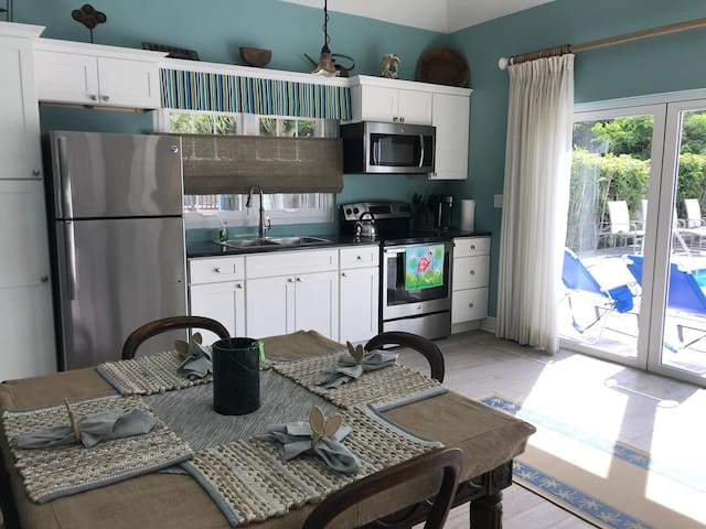 Stunning Poolside 1bd Close to Attractions