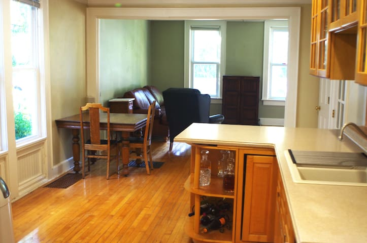Charming, historic, and remodeled Downtown 3BR - Madison - Huis