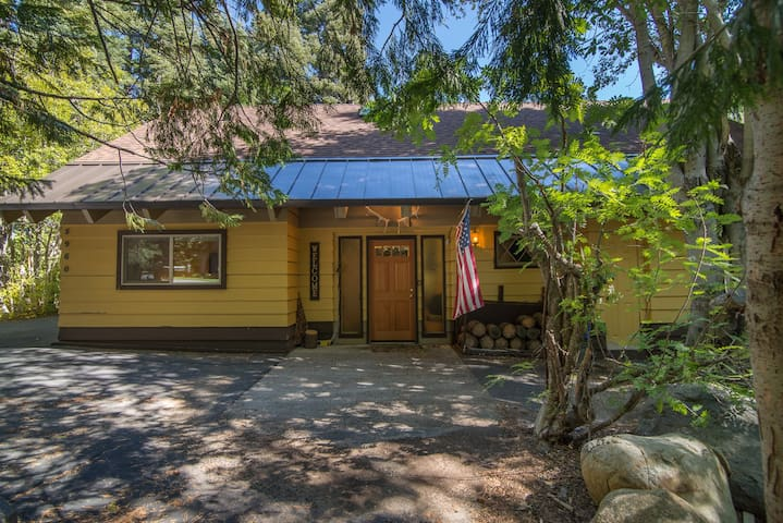 Large Family Home in Chamberlands - 2 Blocks from Ski Resort! - Retro Home in Chamberlands