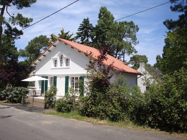 Maison basque dans les pins, au calme, 200m plage