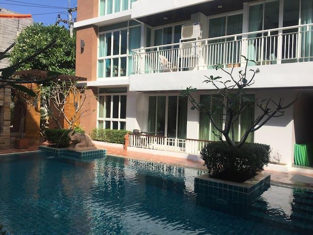 2 Bedroom En Suite Fabulous Poolside Apartment