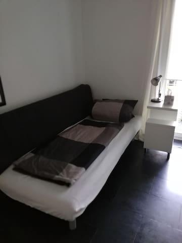 Privates Schlafzimmer mit Büro Arbeitsplatz