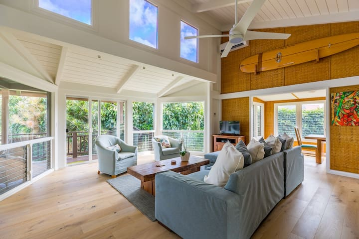 Newly remodeled home w/ lanai, W/D, A/C. Walk to Hanalei Bay!
