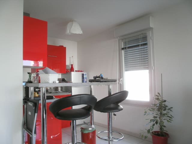 Appartement t2 40m2 + terrasse et parking - Meyzieu - Departamento