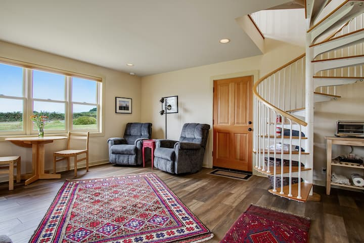 Charming cottage w/ dramatic views and fireplace. Ideal location!