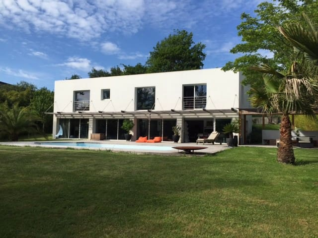 Villa 300 m2 plein Sud, piscine chauffée, jardin