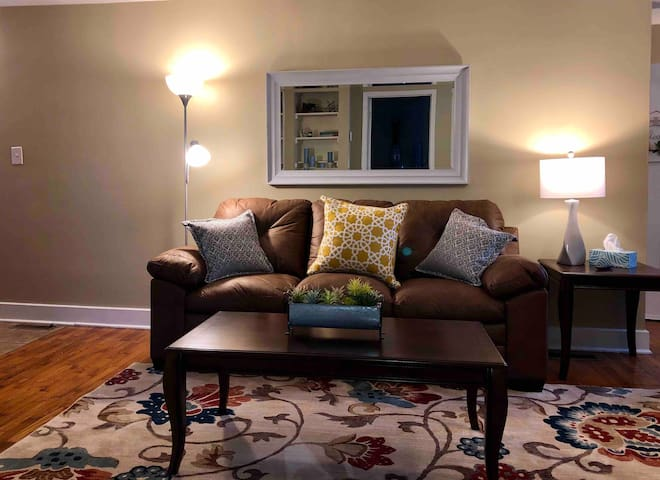 Lovely 2 Bedroom Apartment in Historic District