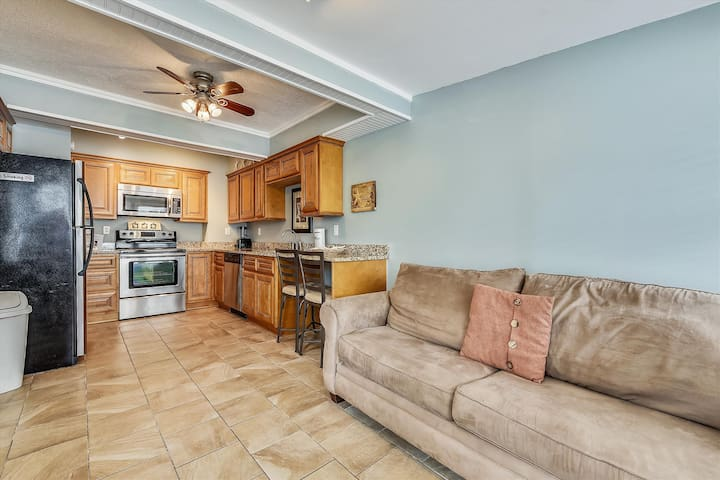 1 Bedroom Apartment, Sleeps 4.  Steps from the beach!  Free Fun!